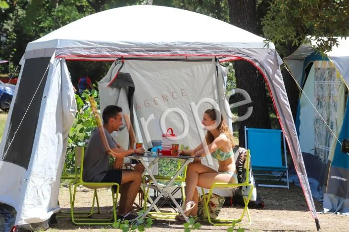 Couple sous une tente à la Barre de Monts dans un camping