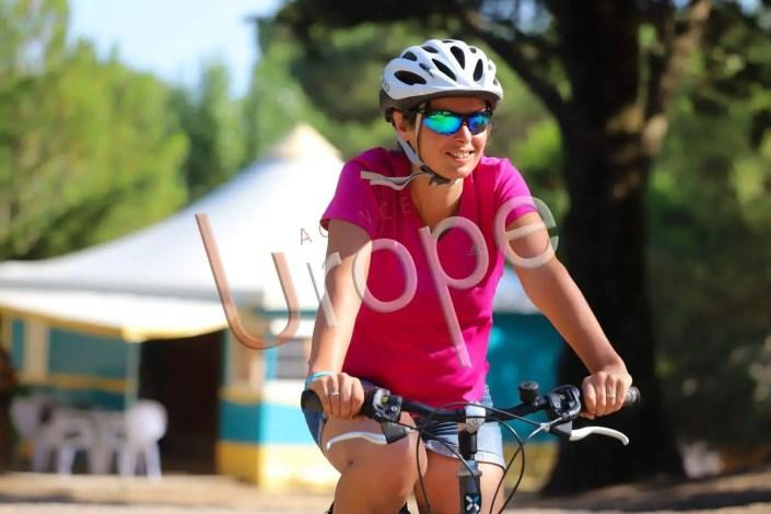 portrait d'une femme à vélo dans un camping