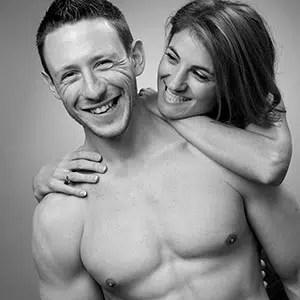 Photo glamour en noir et blanc d'un couple dont l'homme est torse nu