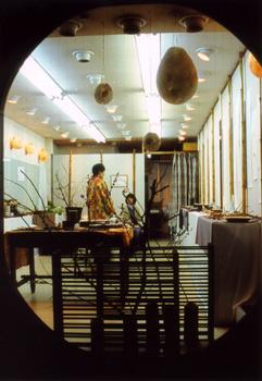 吊るしたオブジェも和紙で作ったもの 手前は漆の作業で使う掛け台