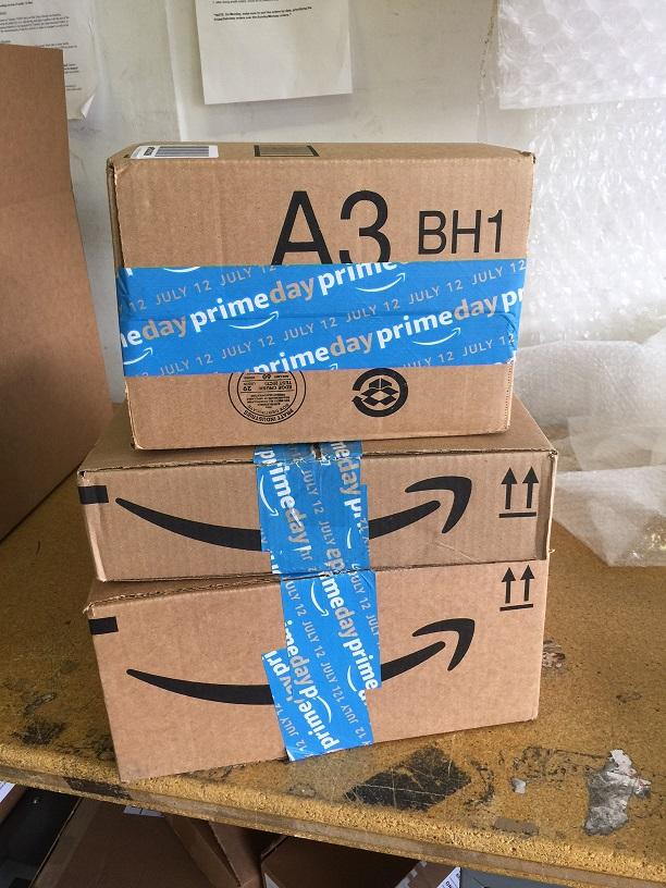 アマゾンの箱のシールがプライムデーの広告に。