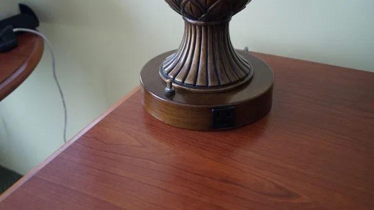 Steckdosen in der USA sind oft auch in die Lampe integriert