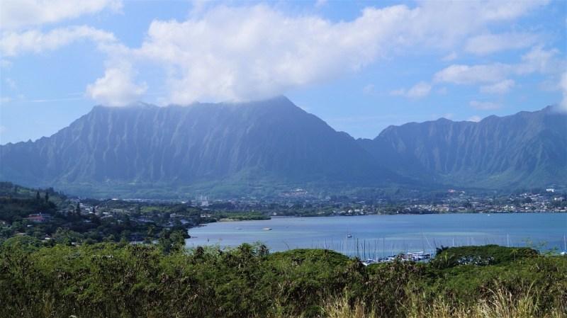 wolkenverhangene Berge auf den Inseln