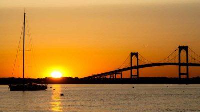 Die Claiborne Bell Bridge bei Sonnenuntergang in Newport, Rhode Island