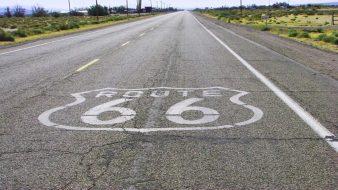 Das Route 66 Zeichen/Logo auf der Straße
