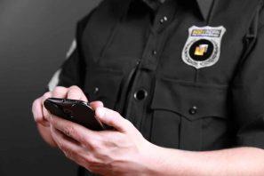 Ein US-Polizist schaut etwas in seinen Unterlagen während seiner Polizeikontrolle nach.