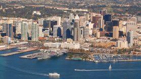 Der Blick von Oben auf die Skyline und den Hafen von San Diego, USA.