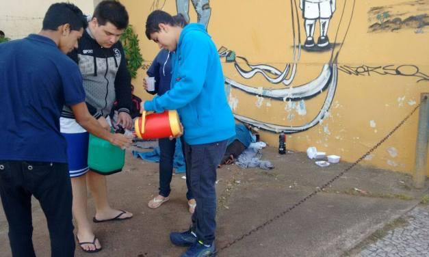 Grupo Jovem de igreja bauruense distribui comida à moradores de rua