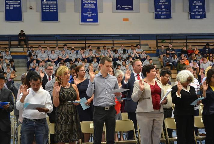 New citizens say the Pledge of Allegiance.