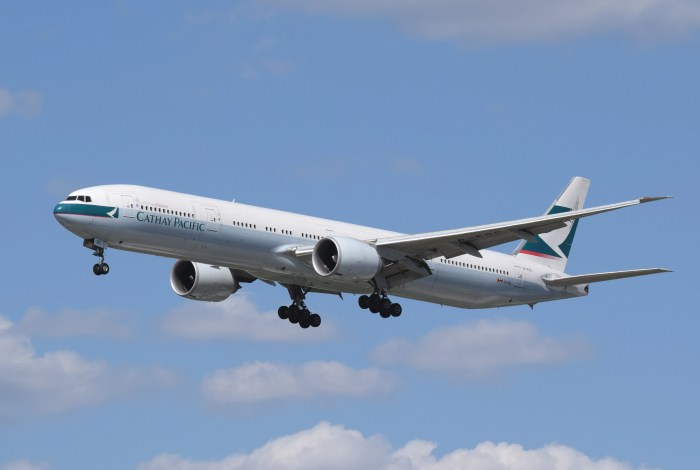 Cathay_Pacific_Boeing_777-300ER_(B-KQC)_arrives_London_Heathrow_7Jun2015_arp