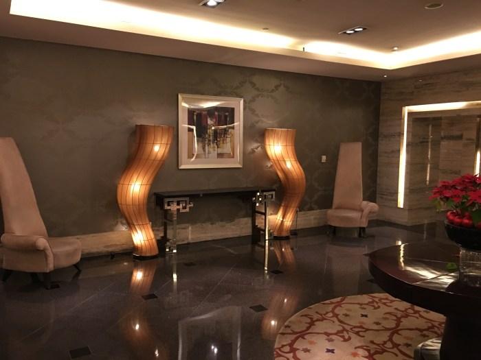 酒店过厅的装饰,扭曲的灯很有特色,彰显了一种动感