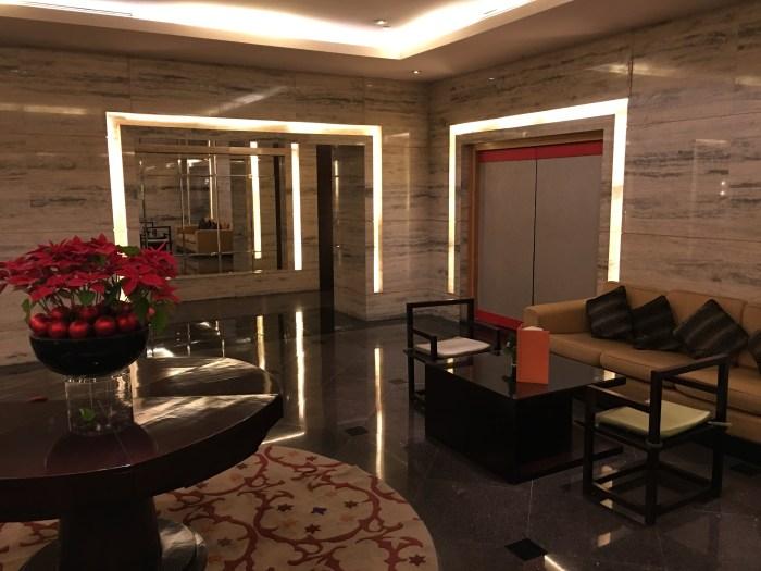 酒店过厅,层叠的灯框创造出了一种空间的错觉