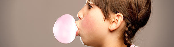 In which country is it illegal to eat chewing gum?