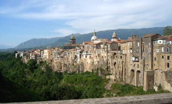 Sant'Agata, incuria al cimitero: sindaco minaccia sanzioni