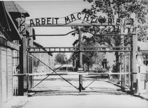 """Vista de la entrada principal al campo de Auschwitz: """"Arbeit Macht Frei"""" (El trabajo te hace libre). Auschwitz, Polonia, fecha incierta."""