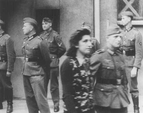 Simone Schloss, Juive, membre de la résistance française, placée sous bonne garde après qu'un Tribunal militaire allemand à Paris l'a condamnée à mort. Elle fut exécutée le 2 juillet 1942. Paris, France, 14 avril 1942.