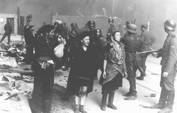 Combattants de la résistance juive capturés par les troupes SS au cours de la révolte du ghetto de Varsovie. Varsovie, Pologne, du 19 avril au 16 mai 1943.