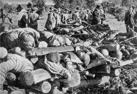 Cadáveres de prisioneros del campo de concentración de Klooga apilados para la incineración. Las tropas soviéticas descubrieron los cuerpos durante la liberación del campo. Estonia, septiembre de 1944.