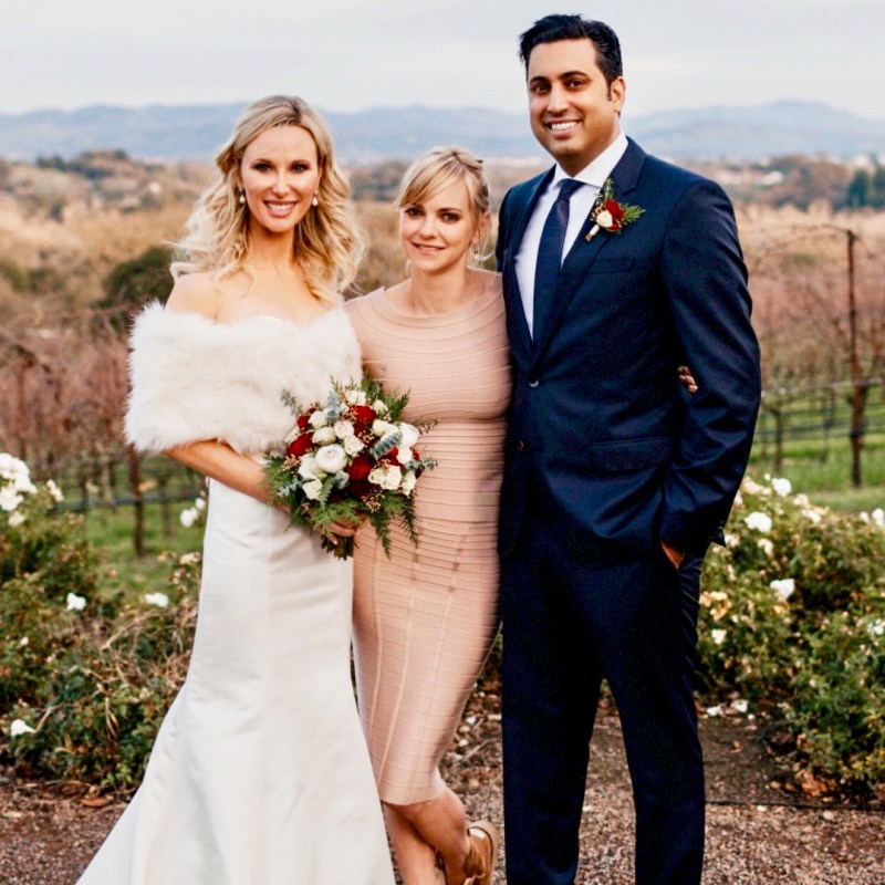 Anna faris officiates a wedding in ugg boots pic junglespirit Image collections