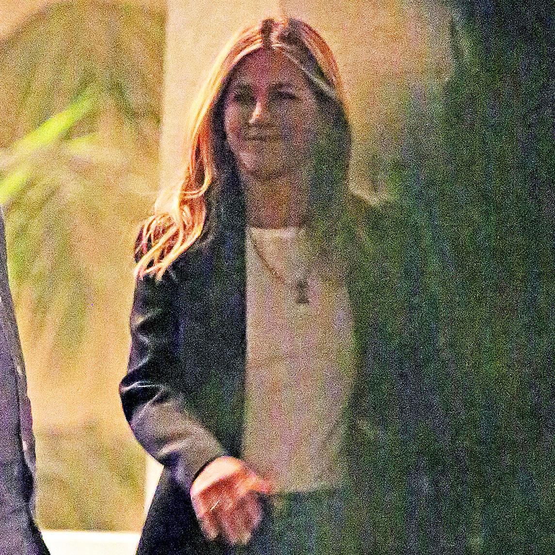 Jennifer Aniston smiling no ring
