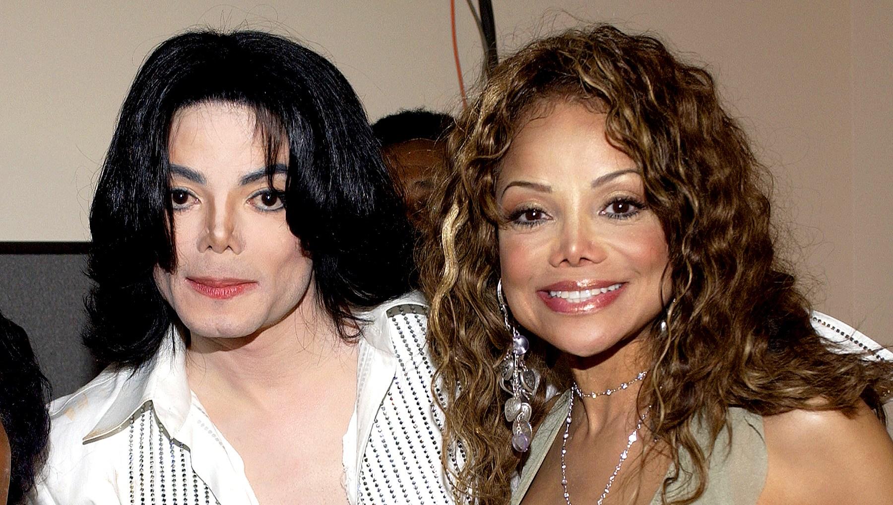 Michael-Jackson-LaToya-2003