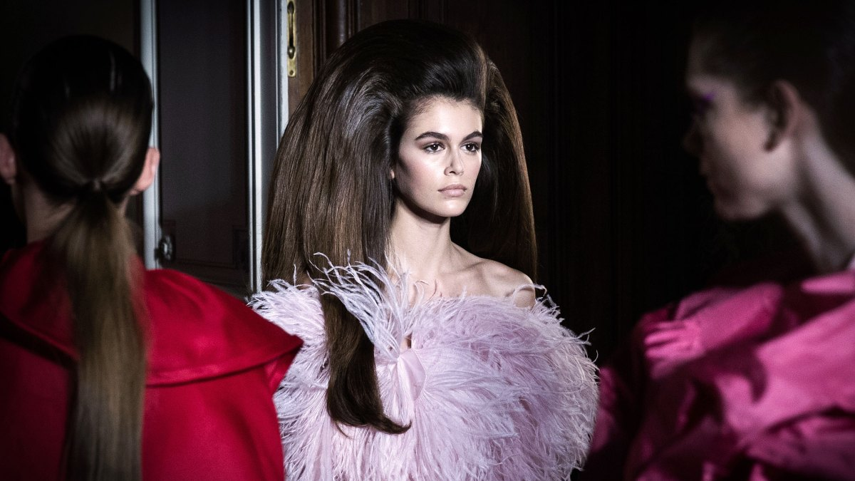 4531fd3280 How to Get Kaia Gerber's Ultra-Voluminous Hair at The Valentino F-W 2018 Haute  Couture Show