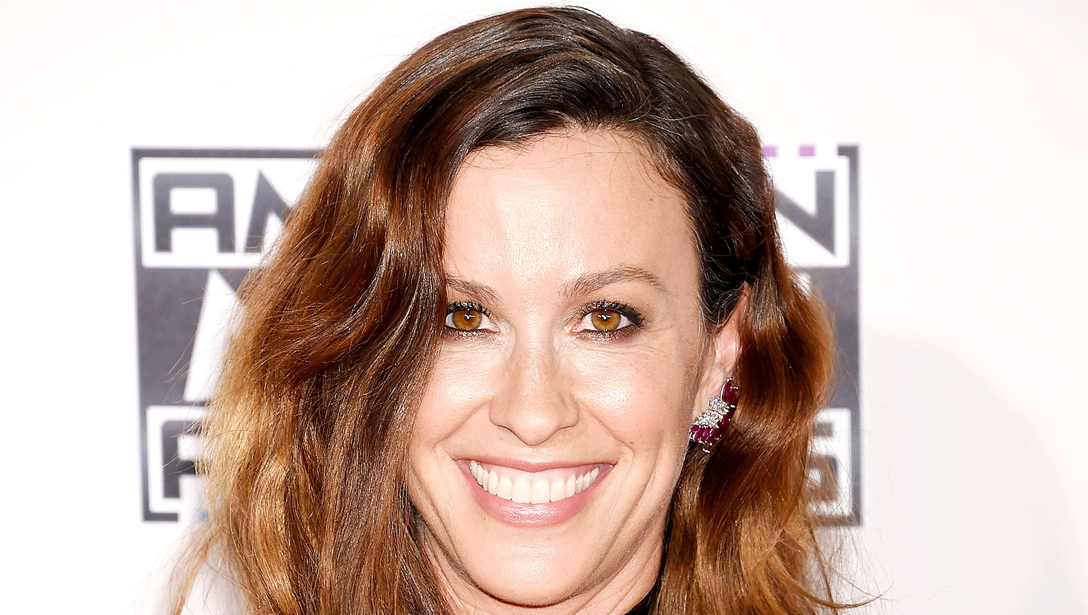 Alanis-Morissette-breastfeeding
