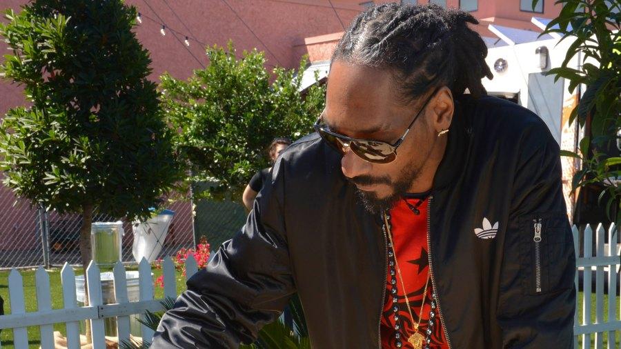 Snoop Dogg cooks