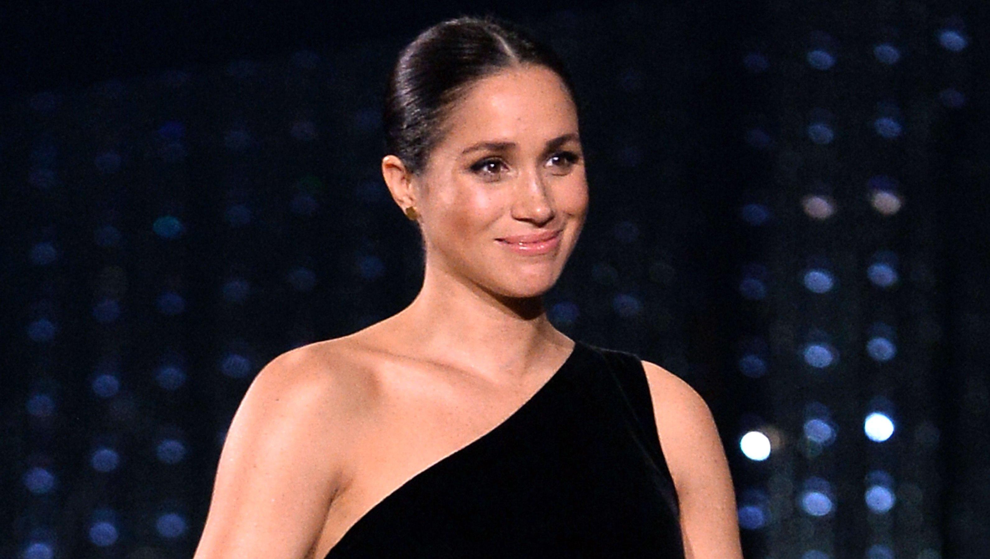 duchess meghan-markle-fashion-awards-black-dress