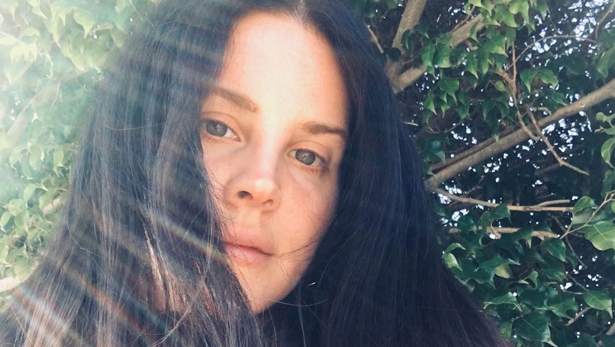 Lana Del Rey Joins the Celeb No-Makeup Club With a Glowing Bare-Face Selfie