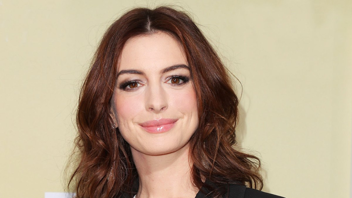 Anne Hathaway Can Add Applying Lipstick Hands-Free to Her List of Talents