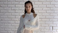 Hailee-Steinfeld's-Elaborate-Knit-Dress