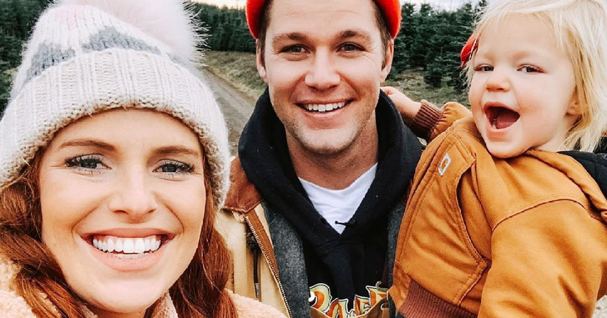 Audrey Roloff and Jeremy Roloff Picking Out Their Christmas Tree with Daughter Ember - أطفال مشهورون يساعدون في اختيار ، تزيين أشجار عيد الميلاد: صور