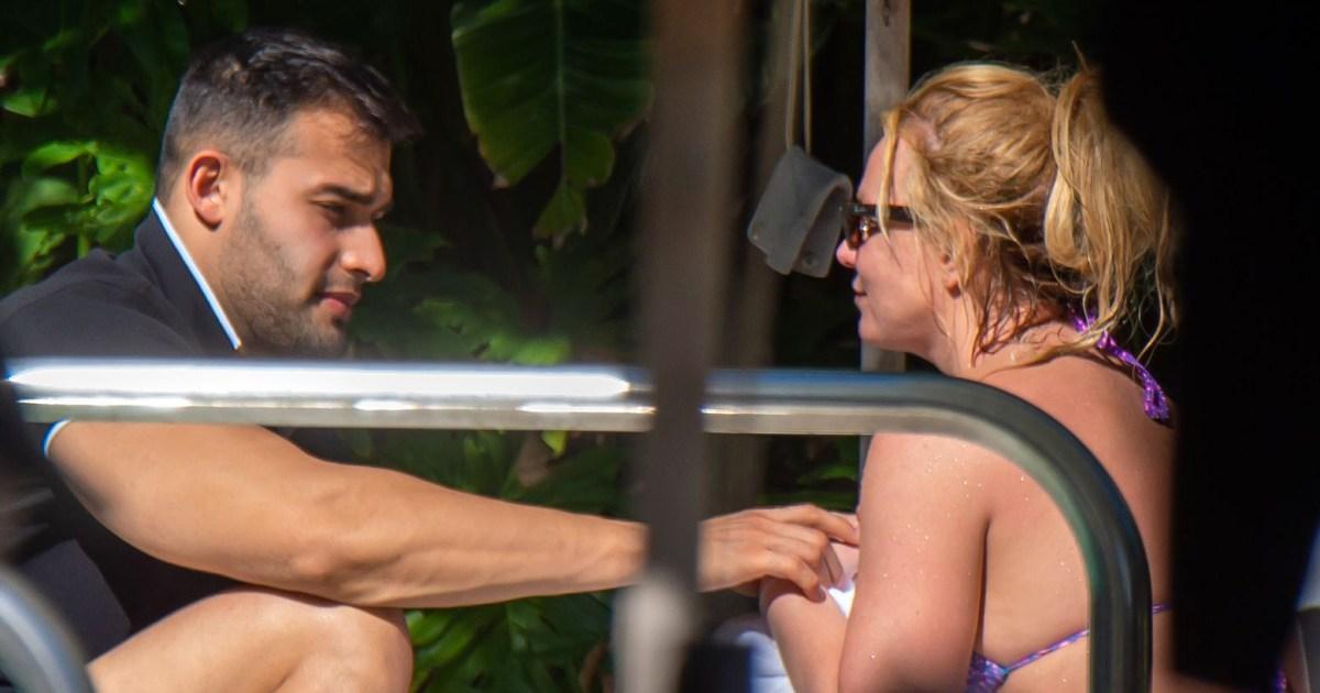 Britney Spears Hits the Pool in Miami With Sam Asghari 01 - بريتني سبيرز يضرب حوض السباحة في بيكيني مع سام أصغر في ميامي