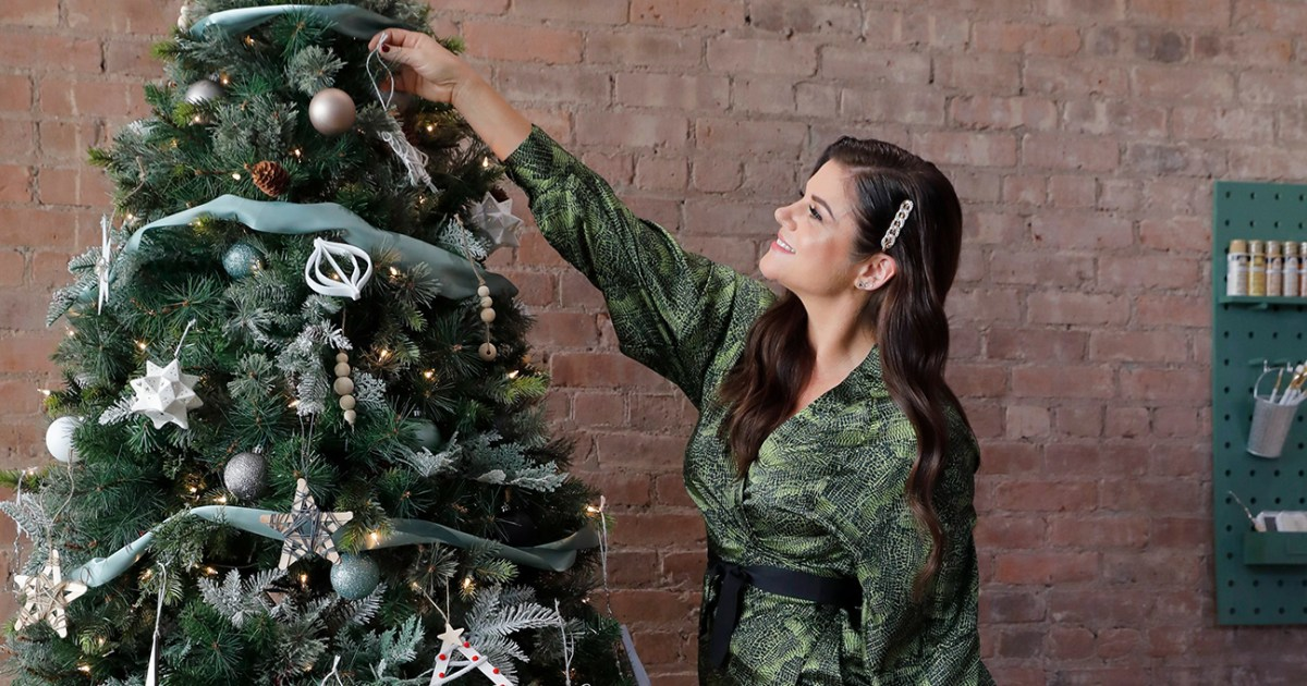 Tiffani Thiessen Shows Us How She Gets in the Holiday Spirit 01 - تيفاني ثيسن توضح لنا كيف تحصل على روح العيد