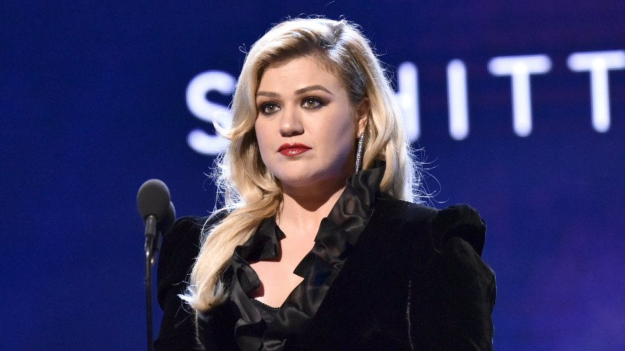 Kelly-Clarkson-Shuts-Down-Body-Shamming-Trolls