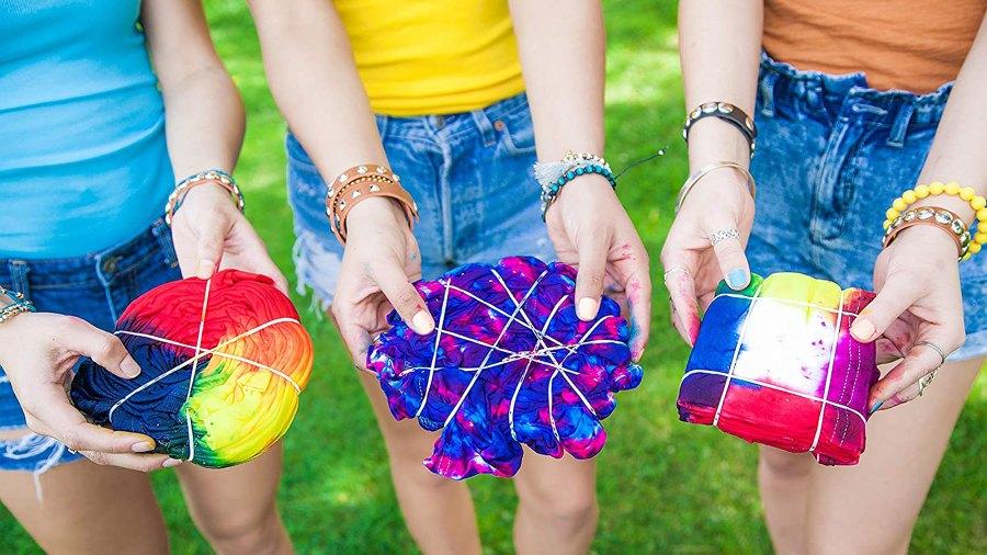 girls-making-tie-dye-clothes