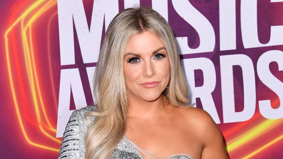 CMT Awards 2021 Lindsay Ell Wears Cast CMT Music Awards 2021 Reveals How She Broke It