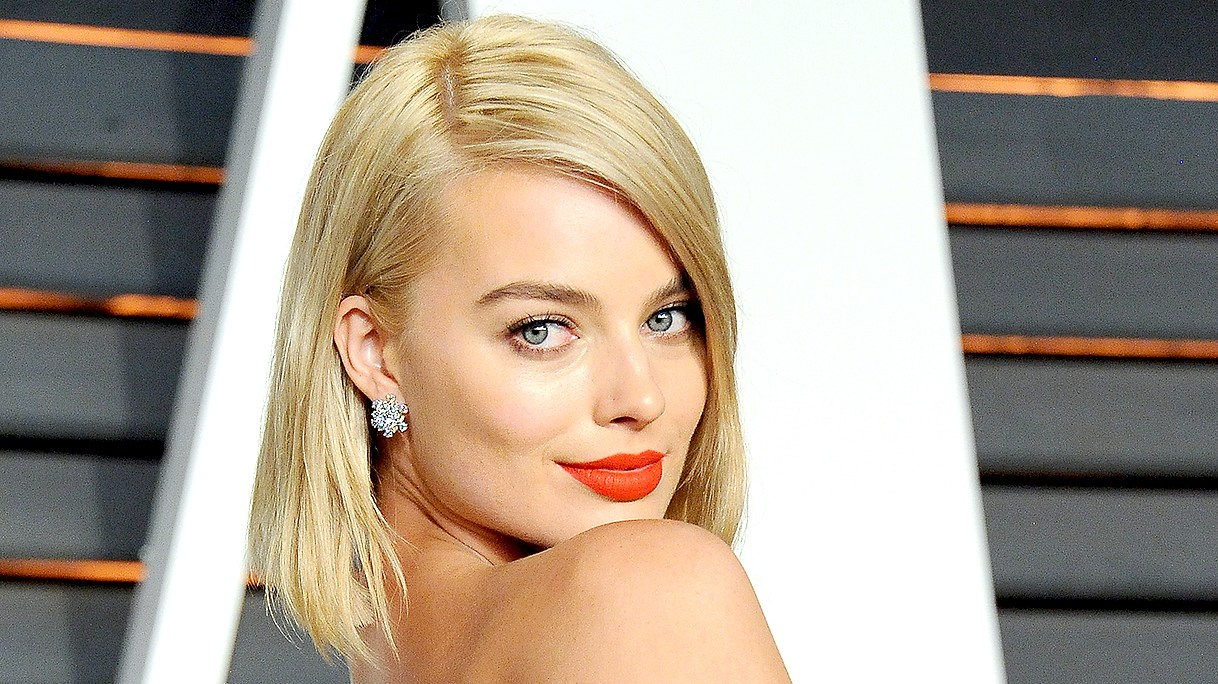 Margot Robbie attends the 2015 Vanity Fair Oscar Party.