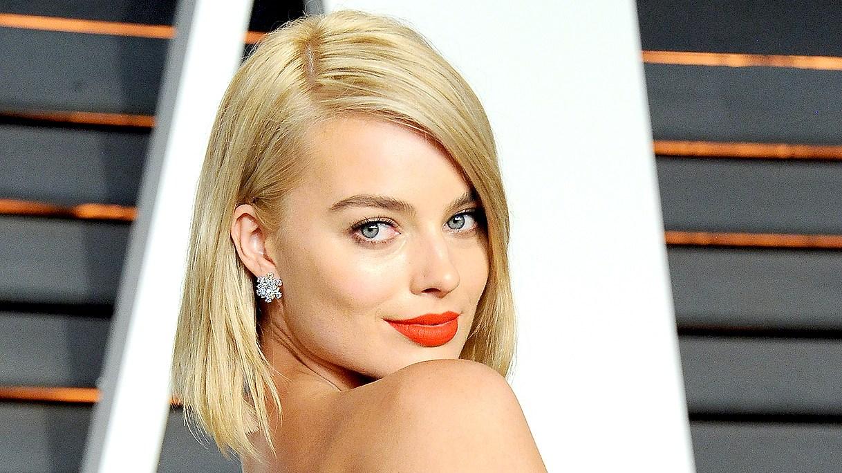 Margot Robbie attends the 2015 Vanity Fair Oscar Party.