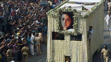 श्रीदेवीको अन्त्येष्टि :  मुम्बईमा  हजारौँ प्रशंसकहरू अन्तिम श्रद्धाञ्जली अर्पण