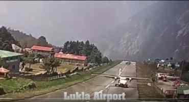 लुक्ला एयरपोर्टमा जहाज दुर्घटना हुनै लाग्दाको डरलाग्दो त्यो क्षण (भिडियोमा हेर्नुस् )