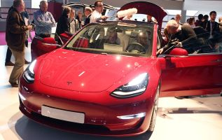 Tesla reports earnings as shares fall amid a few 'red flags' 4