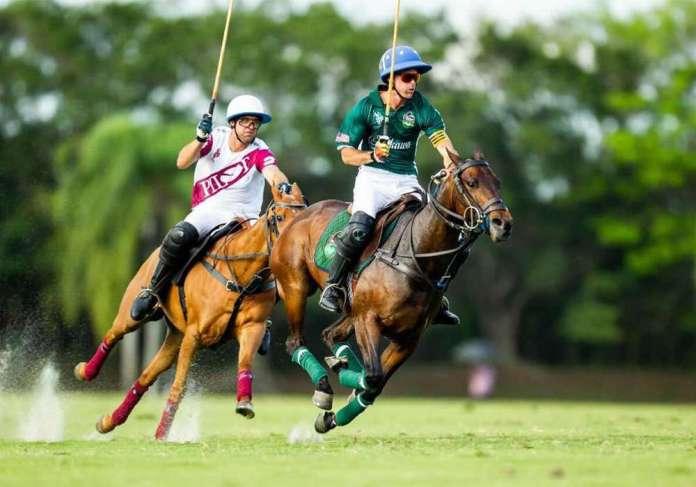 Niña Loli racing forward in pursuit by Gonzalito Pieres. ©Jaime Cabrera.
