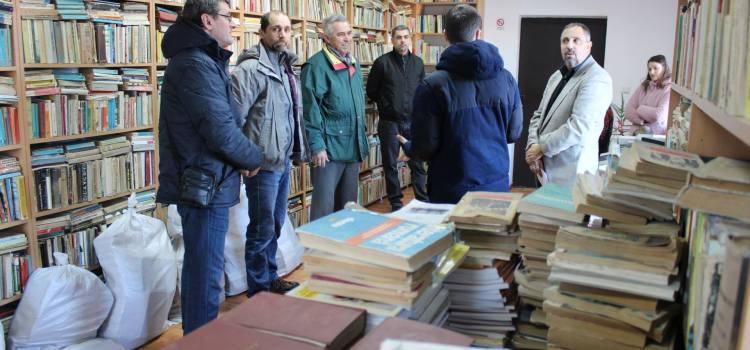 """Campania senatorului Dan Lungu """"Până hăt de carte!"""" a ajuns la Hârlău cu o donație de 400 de cărți"""