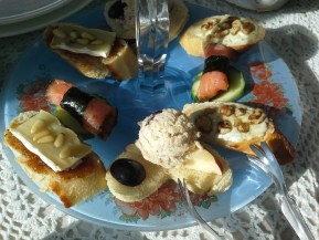 Savory canapes at the Miramont Castle. (Credit: DeLyn Martineau)
