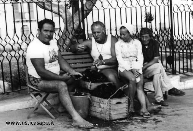 Salvatore Russo (Tuturi) vende ricci di mare in piazza e Camillo mangia
