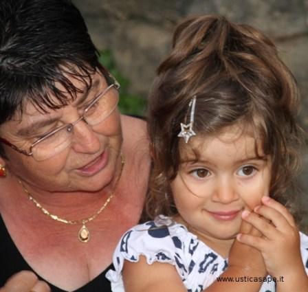 Le coccole della nonna alla nipotina