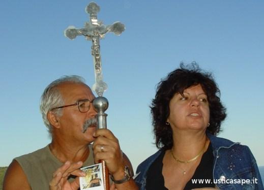 Pino e Mariuccia abbracciano la Croce