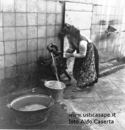Cesira Scordato, detta Mamuna - fa il bucato al cisternone del Re